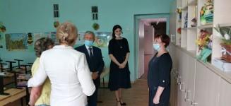 В защитных масках и на безопасной дистанции. Уполномоченный по правам человека в Хабаровском крае побывал с рабочей поездкой в отдельных районах края